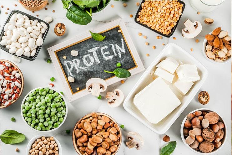 Таблица, пълна с храни, богати на протеини