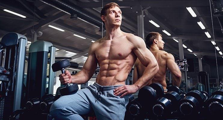 Bodybuilder უქმნიან და ჰოლდინგი Dumbbell
