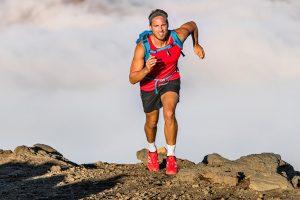 धीरज एथलीट बड़े पर्वत पर लंबी पैदल यात्रा