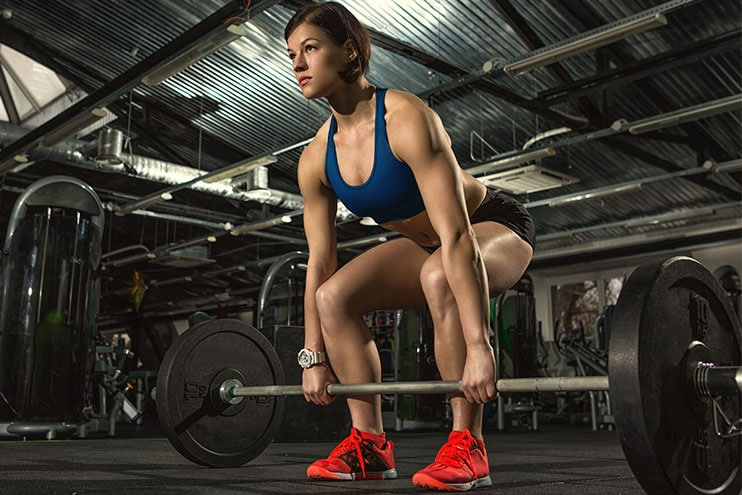 Fit Girl Di Tank Top Melakukan Latihan Crossfit