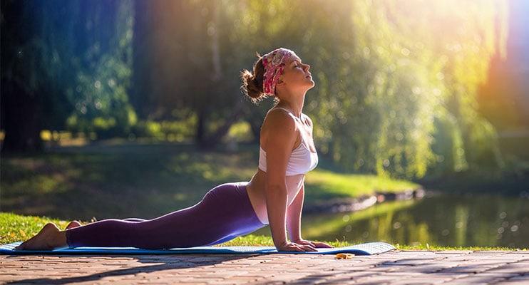 Cô gái tập yoga trong rừng