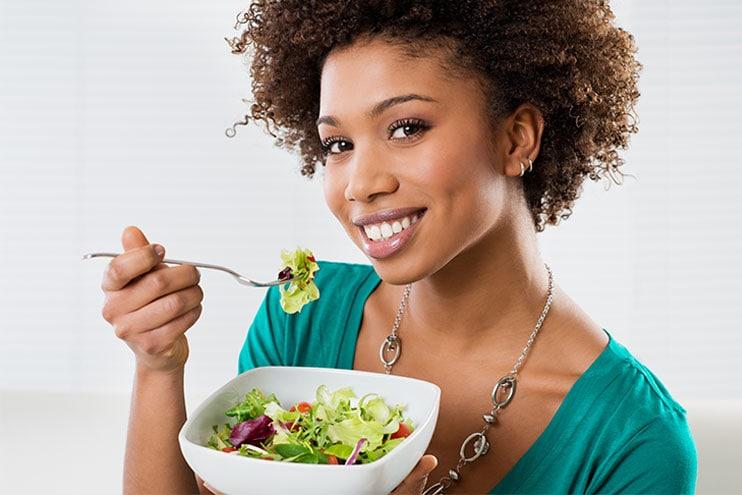 Mujer sana comiendo una ensalada