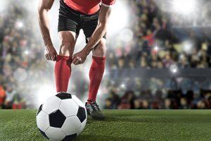 Man word gereed om Soccer Ball te skop