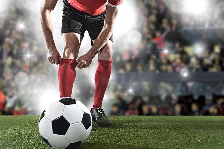 Mies valmistautuu ottamaan jalkapallon