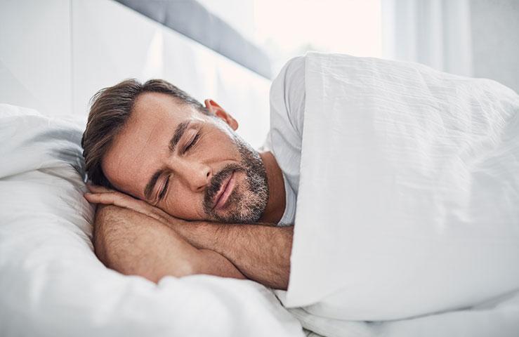 Khuôn mặt của người đàn ông ngủ về phía mình