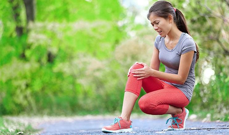 Meisie Hou Haar Knie In Pyn Na Jogging