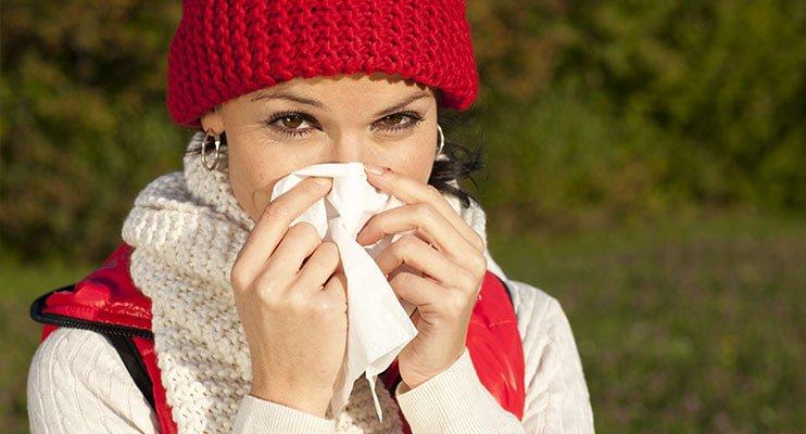 ქალის წითელი ქუდი Sneezing შევიდა ქსოვილზე