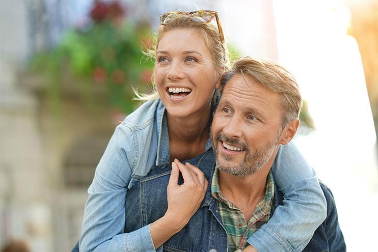 Middeleeuse Man En Vrou Hugging En Glimlag