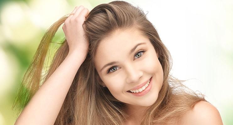 Cô gái mỉm cười và khoe mái tóc của mình
