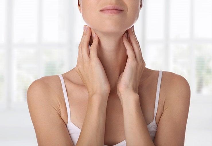 Женщина проверяет свою щитовидную железу