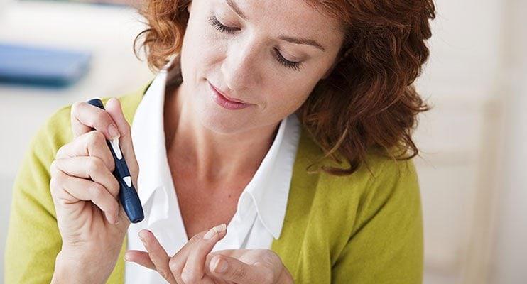Жена с диабет, пронизваща пръста си