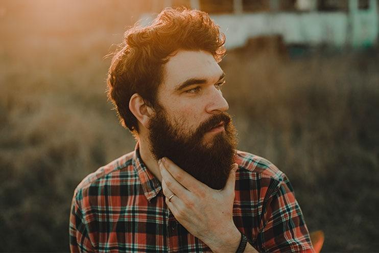 Человек гладит свою бороду